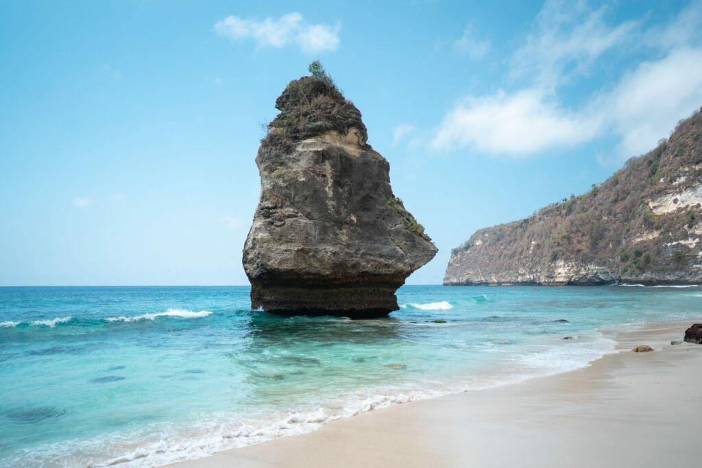 Batu Jineng menjadi spot ciri khas pantai suwehan