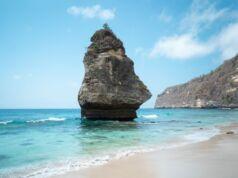 Batu Jineng menjadi spot ciri khas Pantai Suwehan Klungkung Bali - Jay Wahyudi