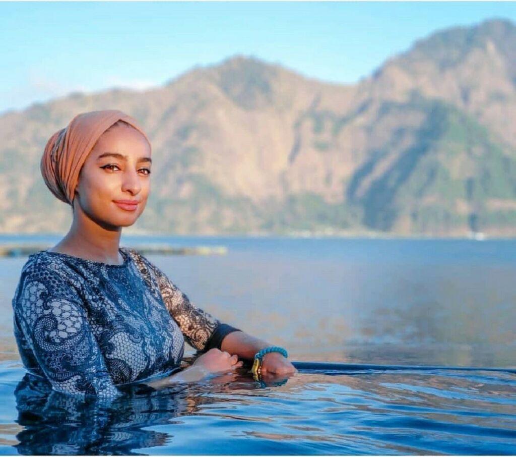 wisatawan berendam di kolam air panas vulkanik danau batur