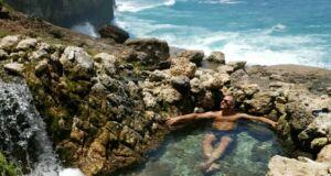 Berendam di jernihnya kolam di bawah aliran Air Terjun Seganing Klungkung Bali - brahim_ik78