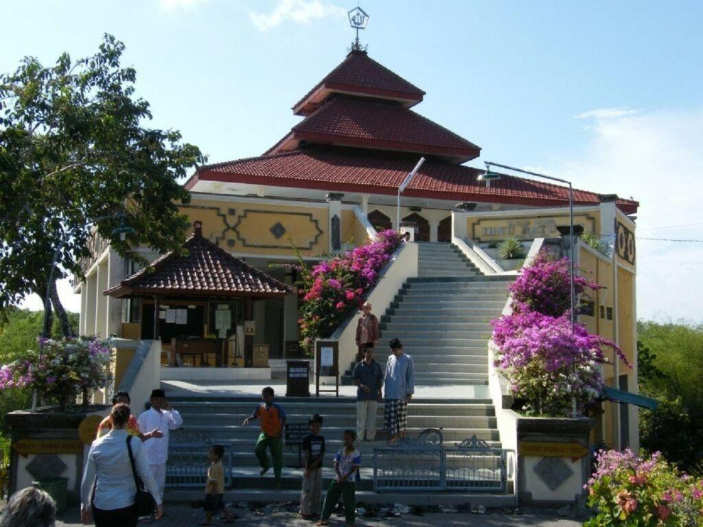 Beribadah sesuai kepercayaan masing-masing merupakan salah satu kebutuhan wisatawan Puja Mandala Badung Bali
