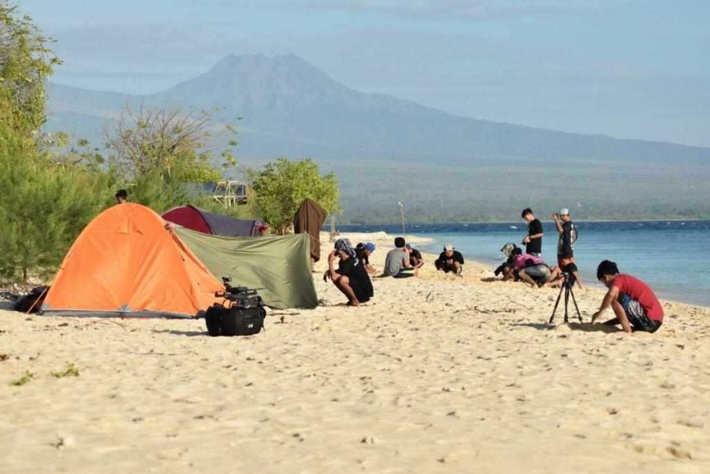 Kegiatan Berkemah di Pantai Pulau Tabuhan Banyuwangi, Berlatarbelakang Pemandangan Gunung Raung. Foto: Google Maps / Mia Jumiati