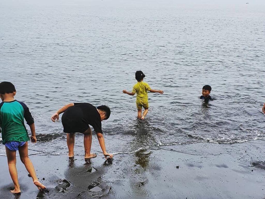 Anak-anak Bermain di Pantai. Foto: instagram / citraayuputriana