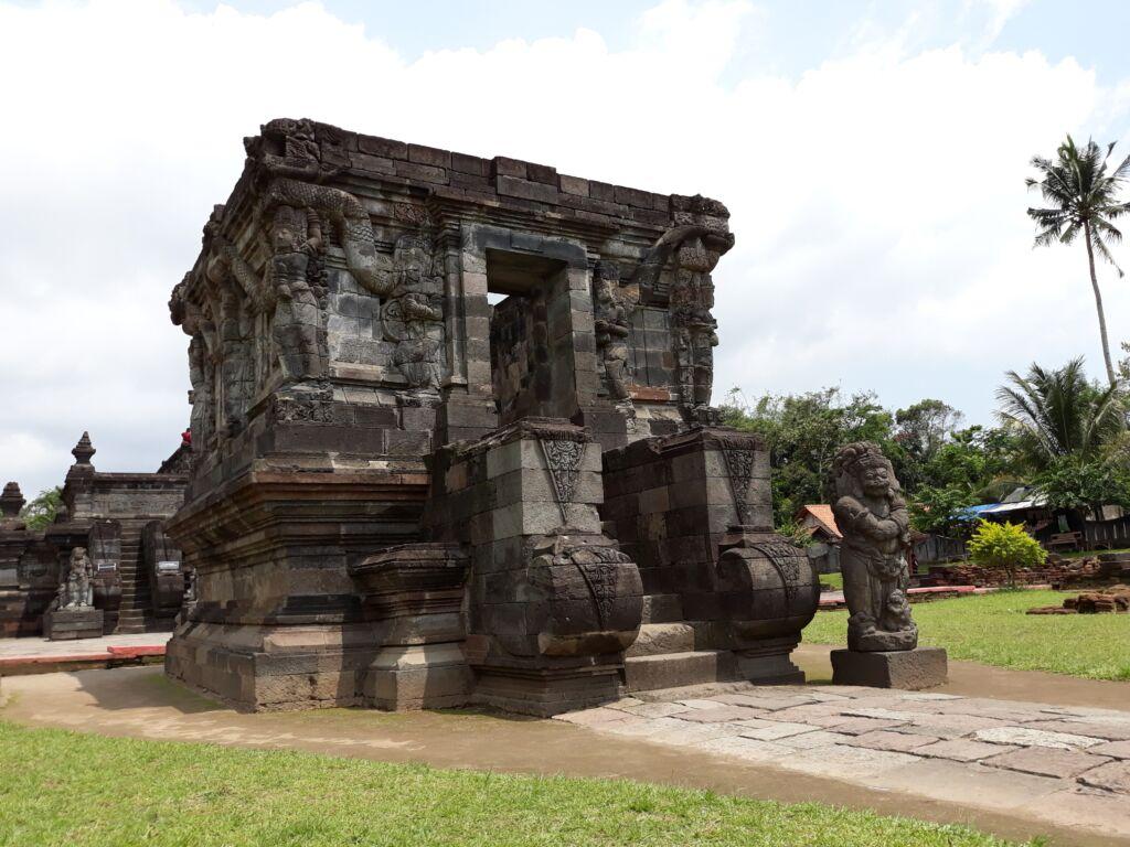 Bangunan Candi Naga . Foto: Google Maps / rizka wahyuu