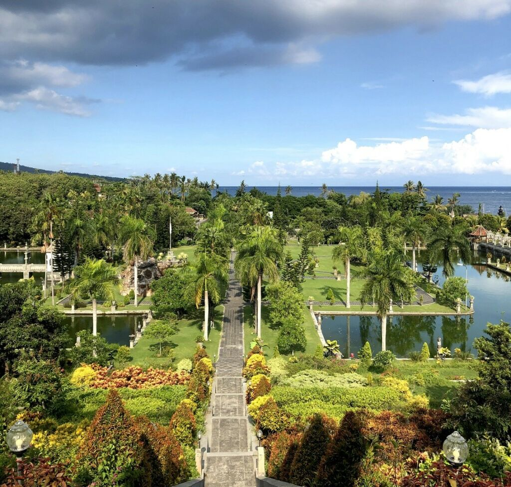 area taman dari ketinggian yang berbatasan dengan laut
