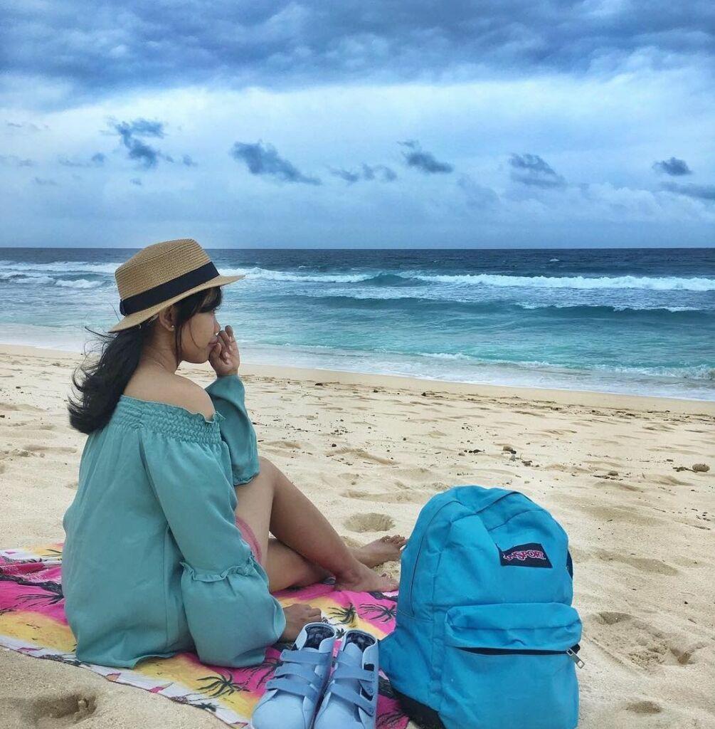 Duduk santai menikmati momen liburan di Pantai Nyang Nyang Badung Bali