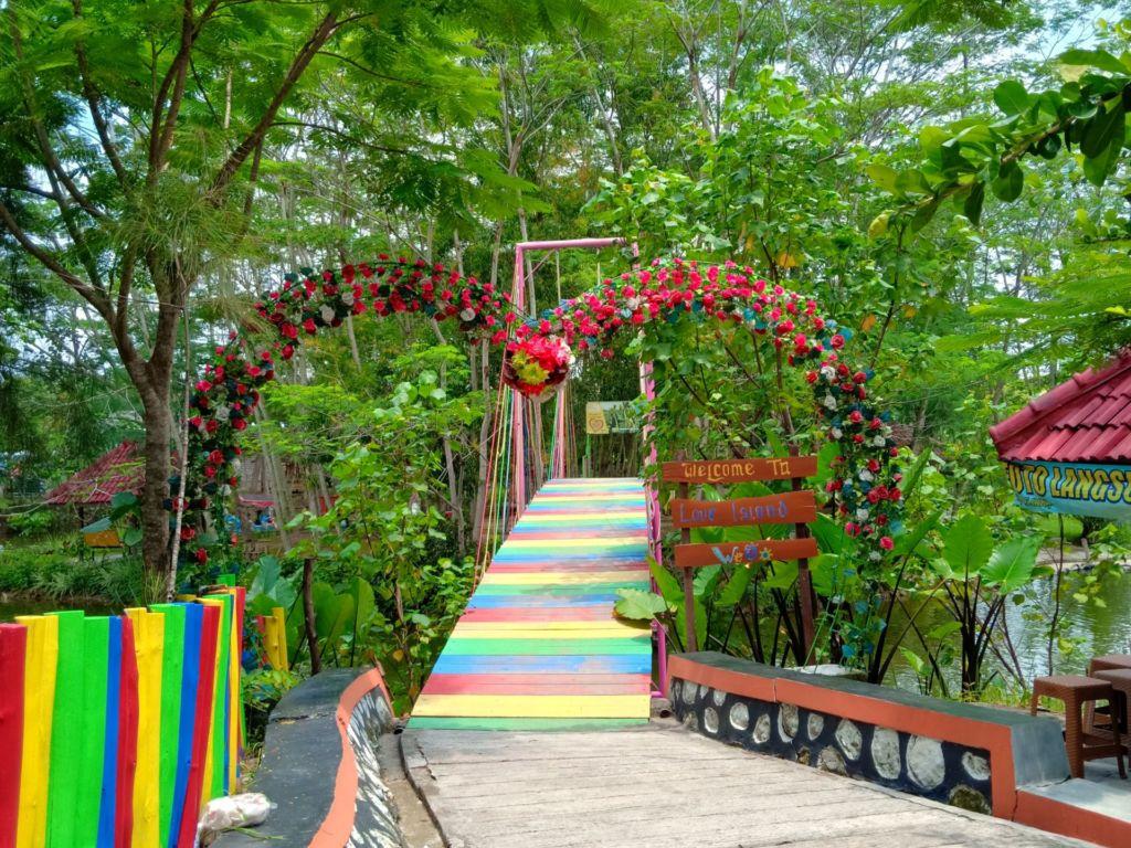 wahana taman dan jembatan cinta