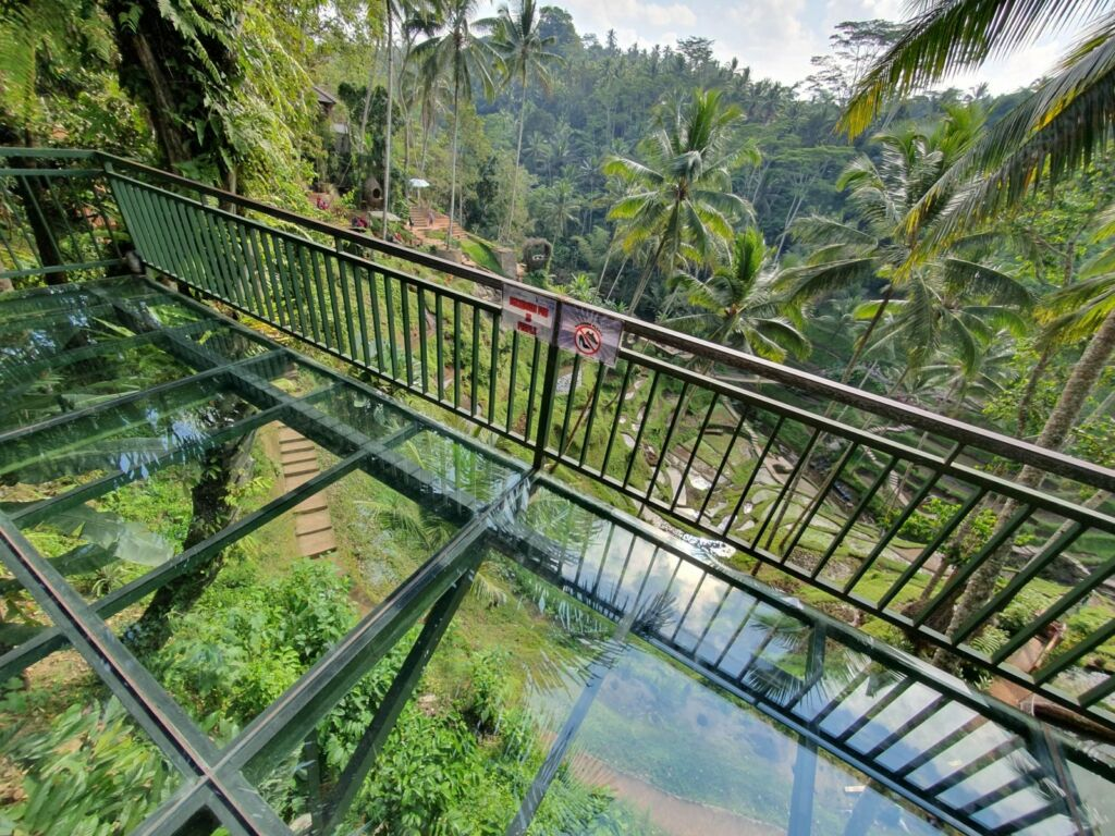 Glass Floor, salah Satu Spot Foto Favorit Pemacu Adrenalin