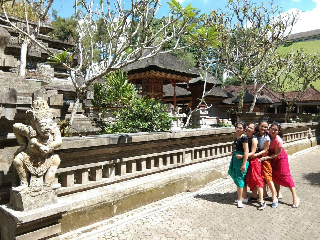 Hampir setiap sudut rumah maupun jalan Desa Penglipuran Bangli Bali menjadi latar indah mengabadikan momen liburan