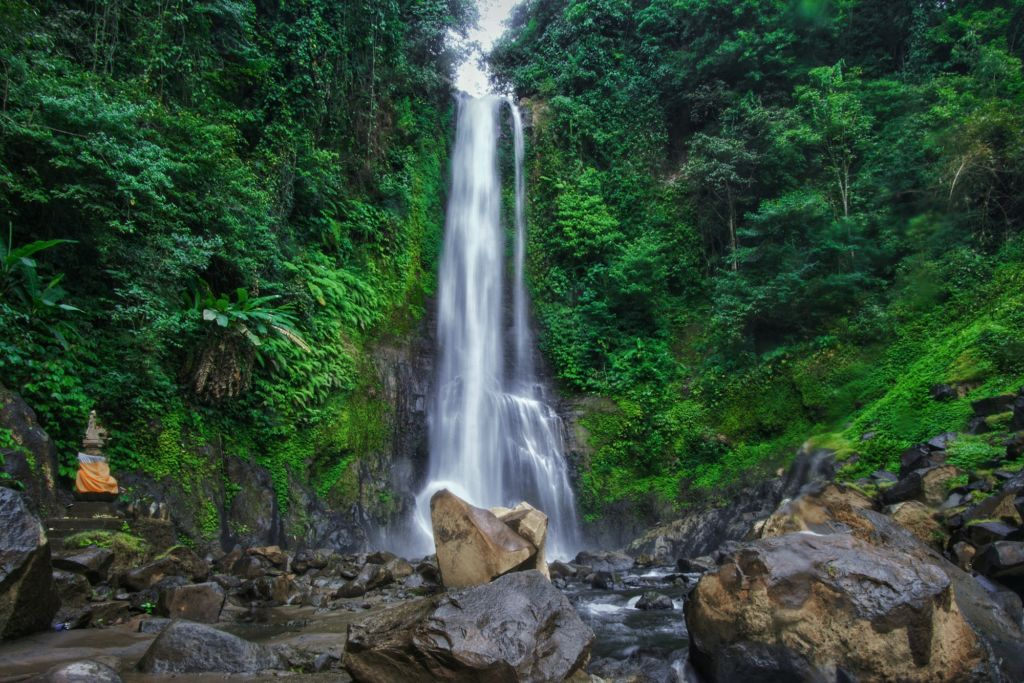 Indahnya Air Terjun dapat menjadi Latar Belakang Foto yang Indah
