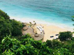 Indahnya Pantai Karma Kandara dengan Lautnya yang Biru
