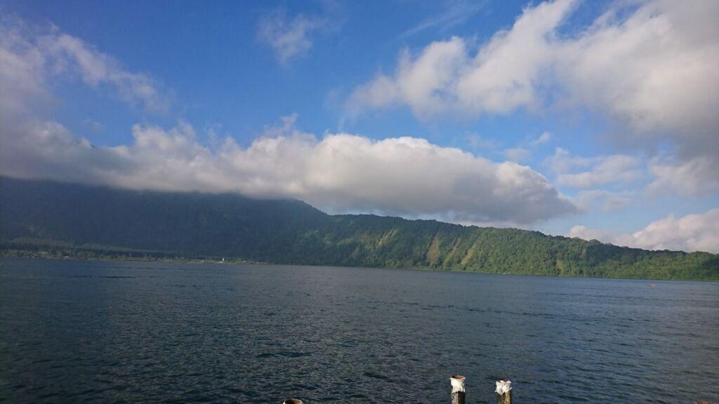 Indahnya Pemandangan Pegunungan dan Awan