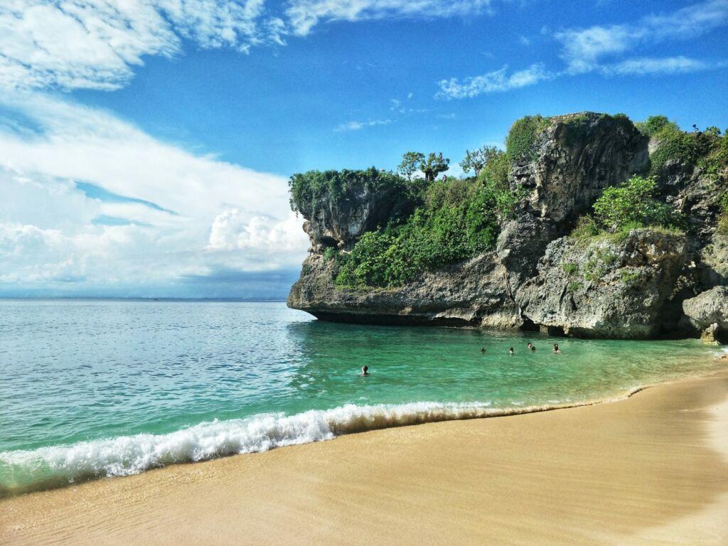 Indahnya Tepi Pantai Balangan