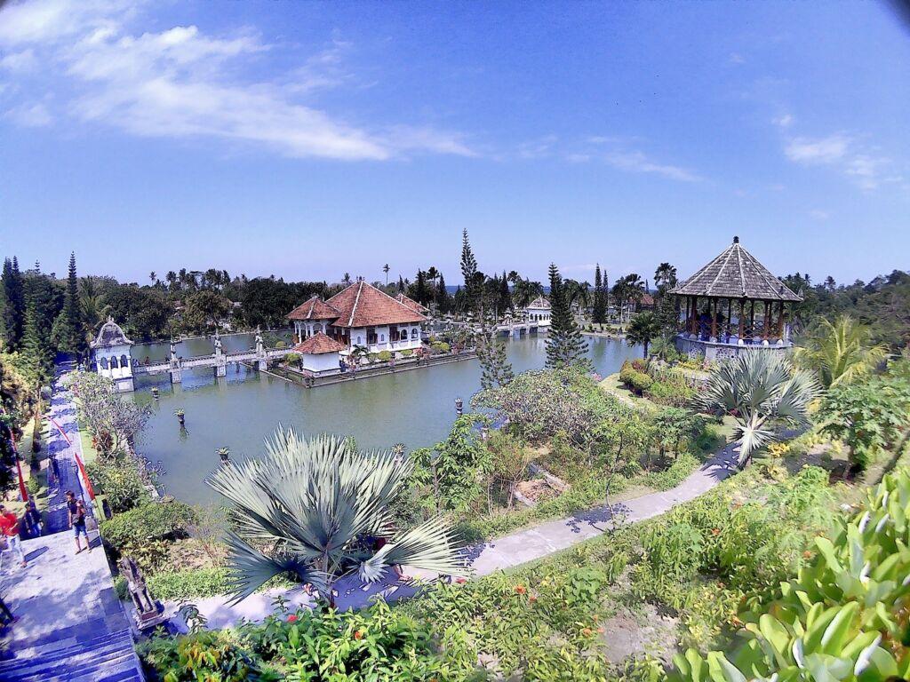 Istana Air yang terlihat mengambang di atas perairan Taman Ujung Karangasem Bali - agung yogaswara