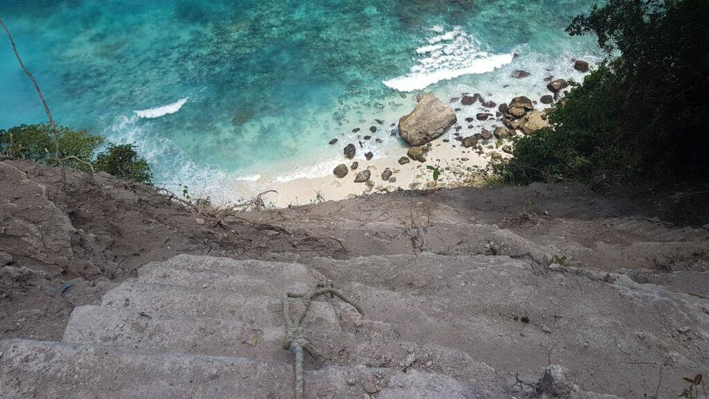 trek terjal menuju tepi pantai