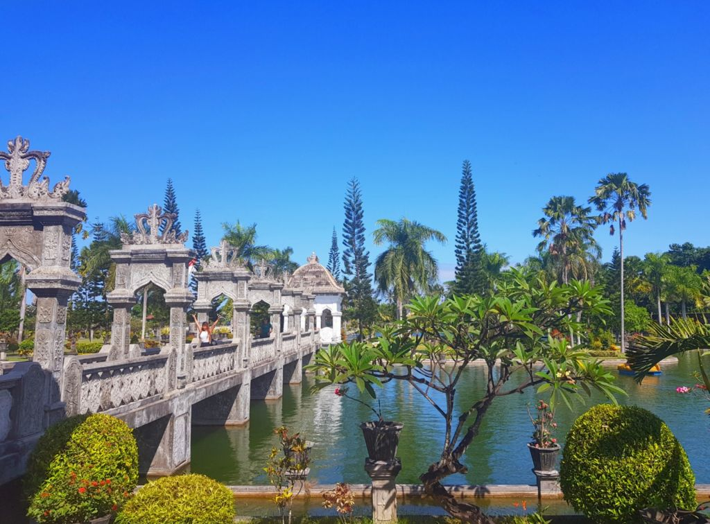 Jembatan beton penghubung menuju area utama istana air Taman Ujung Karangasem Bali - Edi Darmawan