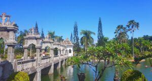 Jembatan beton penghubung menuju area utama istana air Taman Ujung Karangasem Bali