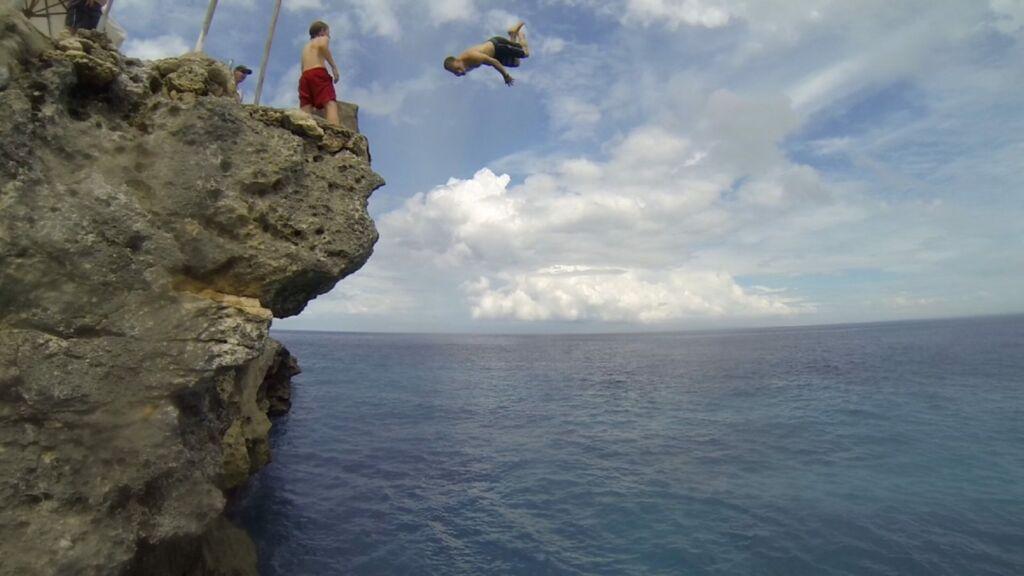 Jumping dari Tebing ke Laut