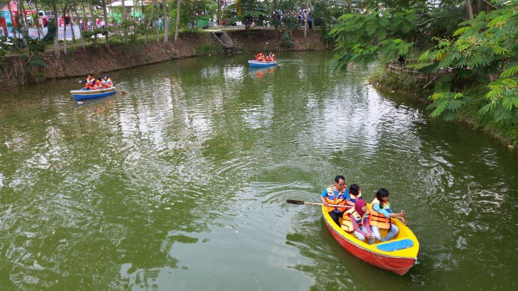 bermain perahu kayuh di danau sekitar taman