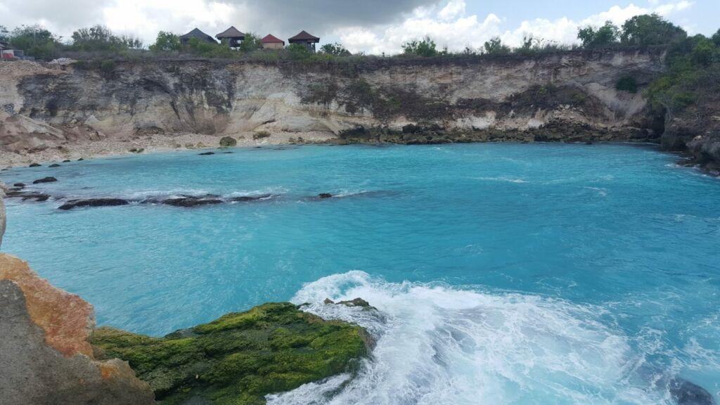 Keindahan Pemandangan Tebing di Blue Lagoon