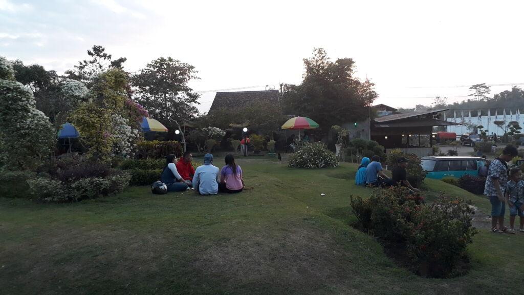 berpiknik dan bersantai di sekitar area taman