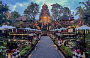 Keunikan Pura Saraswati Gianyar Bali dengan arsitektur khas candi berpadu dengan kolam teratai - Сергей Ваньков