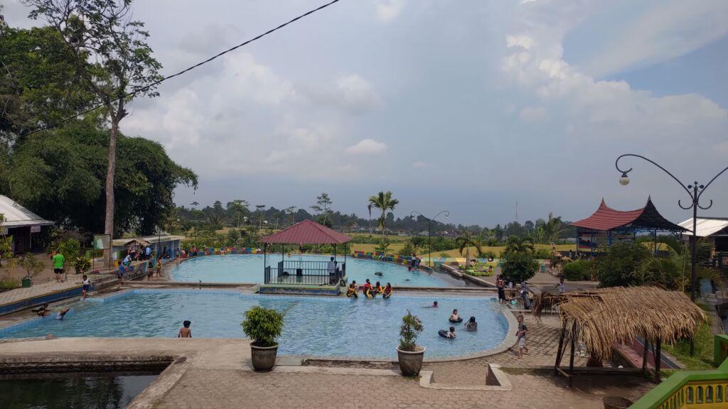 kolam renang yang berada di area taman wisata