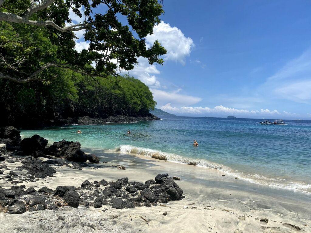 Kombinasi Keindahan Alam di Pantai Blue Lagoon