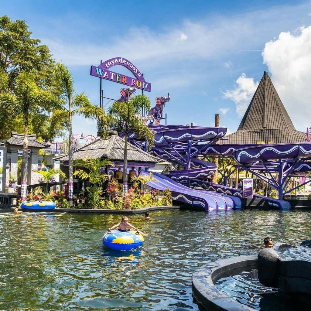 Meluncur dan bermain air di wahana Waterboom Toya Devasya Bangli Bali - toyadevasya