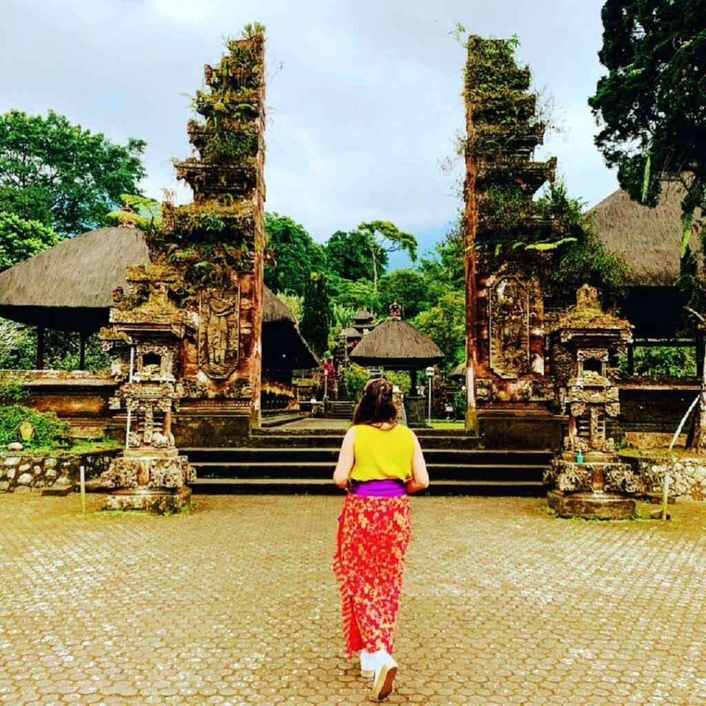 gerbang pura yang biasa digunakan sebagai spot foto oleh wisatawan
