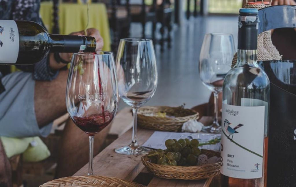 mencicipi berbagai pilihan wine sababay yang memenangkan kontes