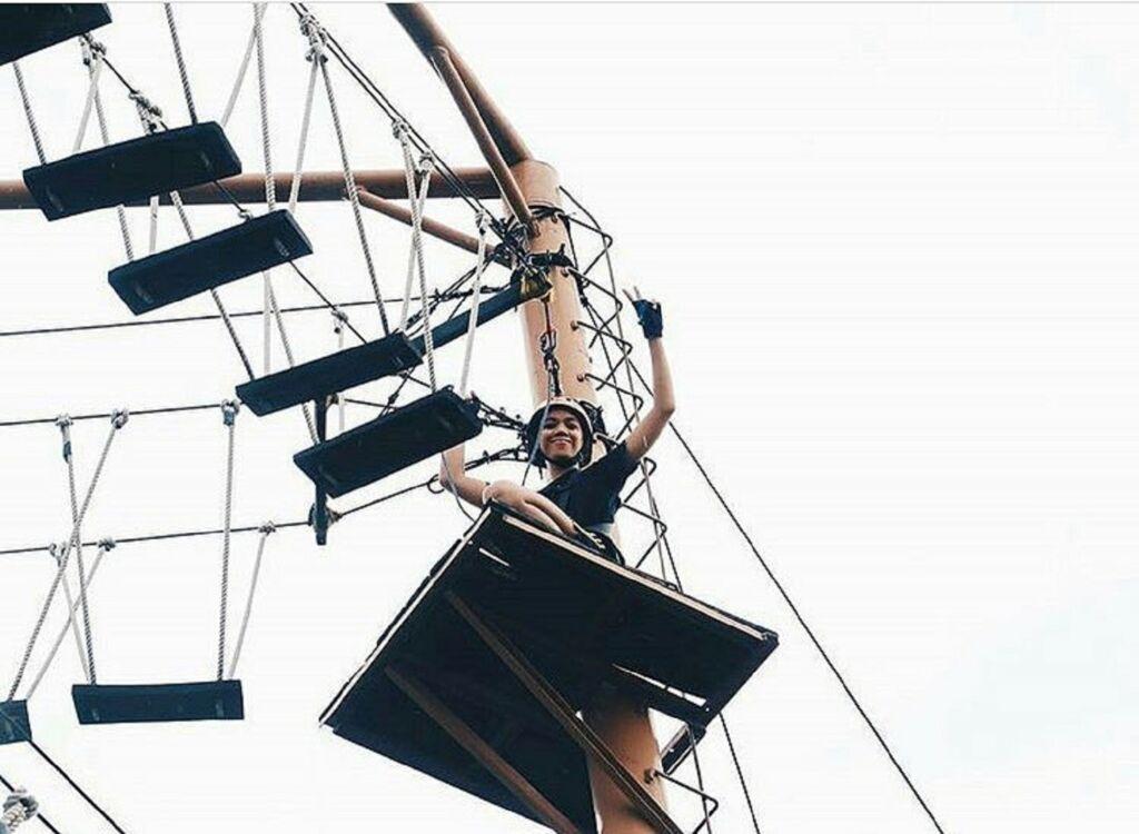 Mencoba tantangan di ketinggian arena Rock and Rope BSD Xtreme Park Tangerang Banten - bsdxtremepark