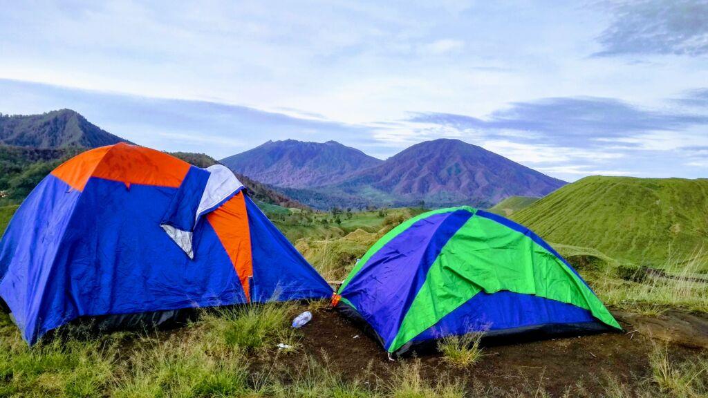 wisatawan mendirikan tenda dan berkemah di sekitar kawah wurung