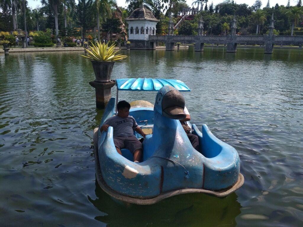 Mengitari kolam Taman Ujung Karangasem