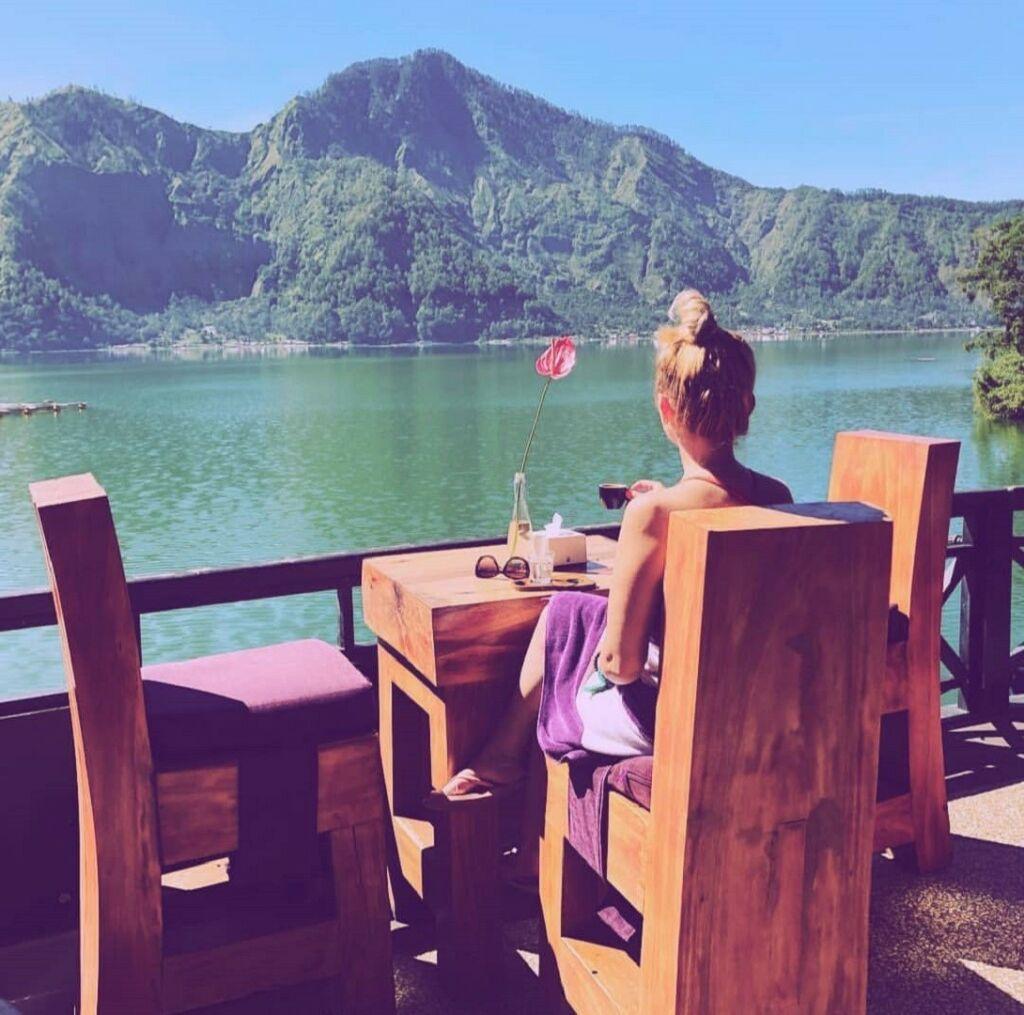 Menikmati sajian kudapan istimewa Toya Devasya Bangli Bali dengan view megahnya panorama alam