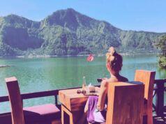 Menikmati sajian kudapan istimewa Toya Devasya Bangli Bali dengan viem megahnya panorama alam - toyadevasya