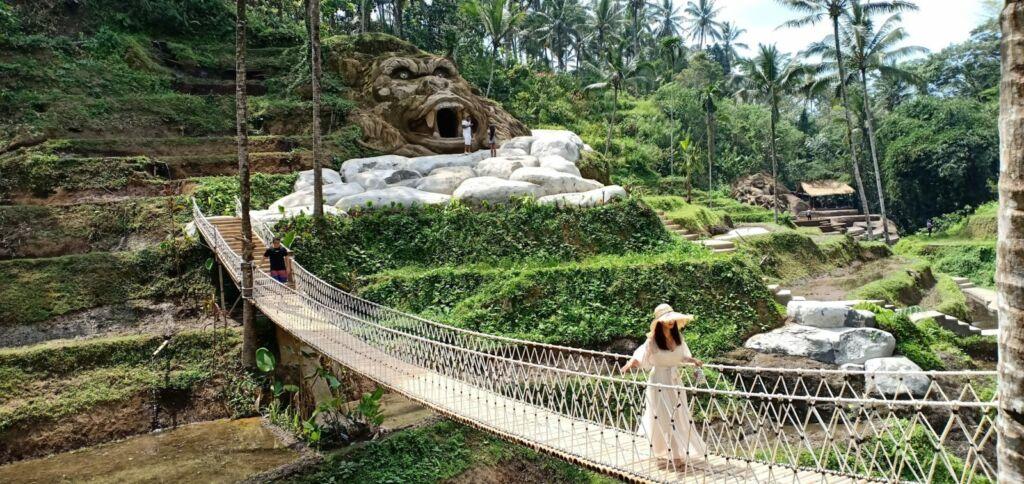 jembatan gantung dengan area persawahan