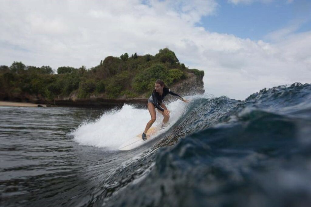 Ombak Pantai Seminyak Badung Bali sangat cocok untuk para peselancar