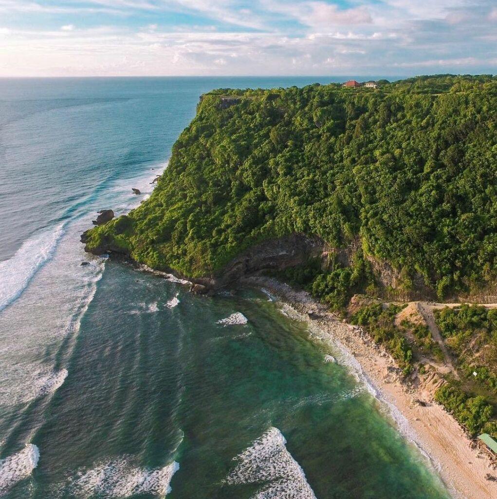 Panorama eksotis Pantai Nyang Nyang Badung Bali dengan tebing, pasir putih dan laut biru