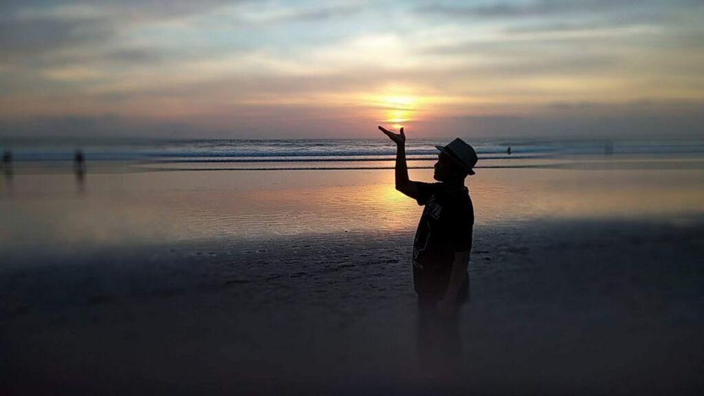 Panorama matahari terbenam di Pantai Seminyak Badung Bali menyuguhkan pemandangan langit yang begitu eksotis