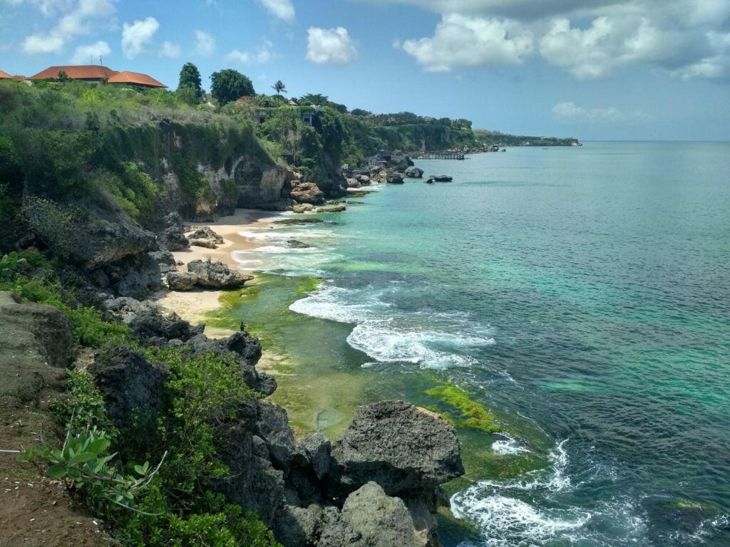 Pantai Balangan yang Dikepung Batu Karang