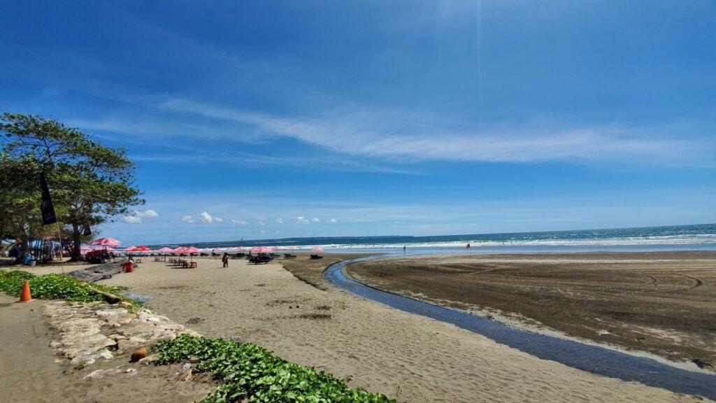 Pantai Seminyak Badung Bali memiliki kontur landai dengan bentang pantai berpasir lembut