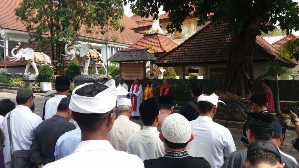 Para pemimpin tiap-tiap rumah ibadat di halaman Puja Mandala Badung Bali