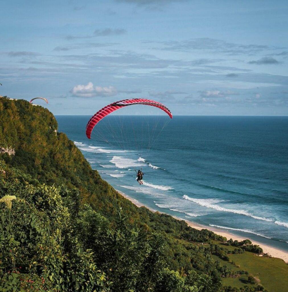 Paragliding menjadi wahana untuk menikmati keindahan Pantai Nyang Nyang Badung Bali dari ketinggian