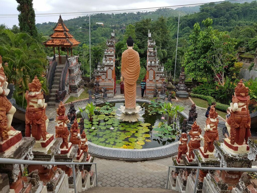 Patung Buda di tengah Kolam