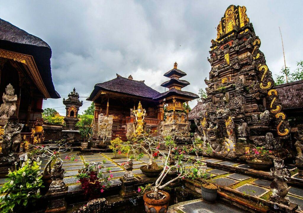 Patung Dewi Saraswati yang berdiri anggun di dalam area pura