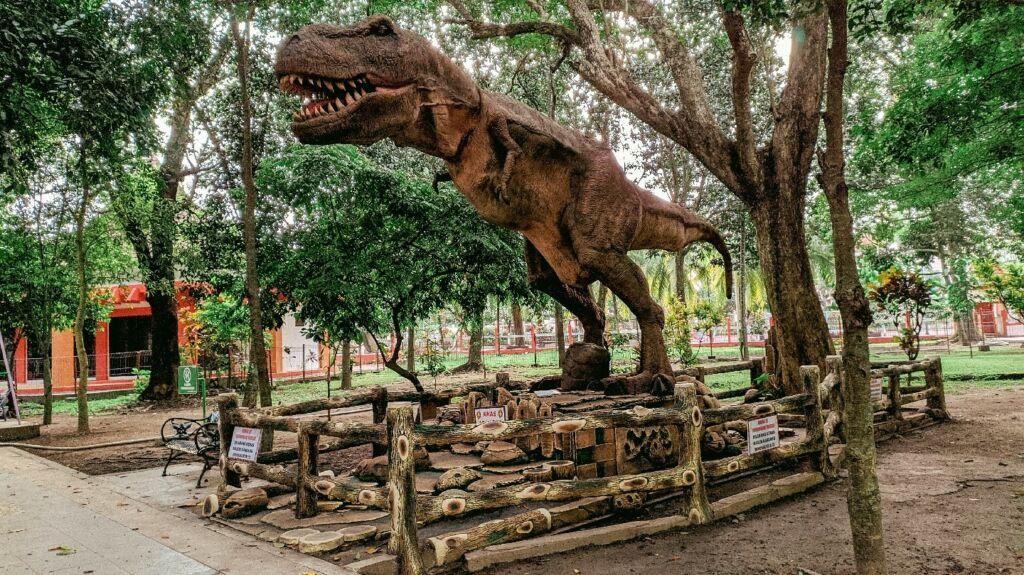 Patung Dinosaurus yang bisa Bergerak di Taman Kebon Rojo Blitar. Foto: Google Maps / Kebon Rojo Park