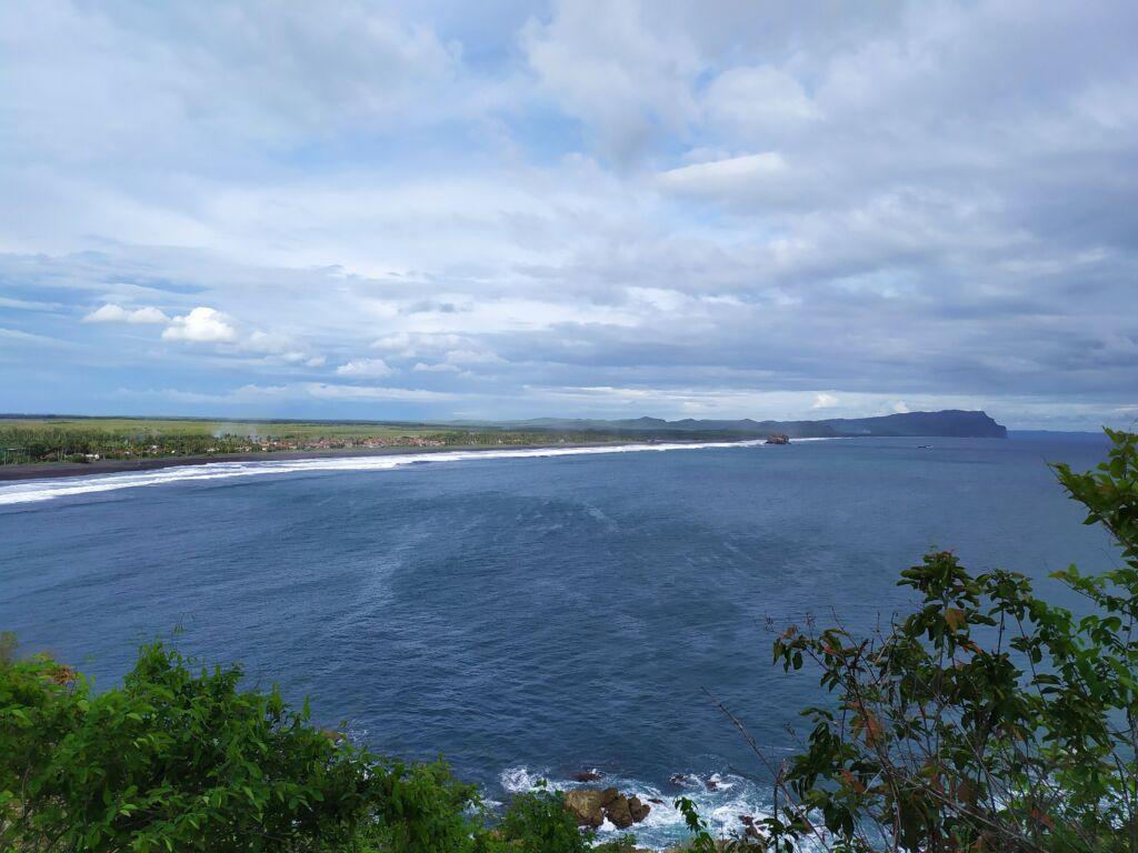 pemandangan laut dari atas bukit lampon