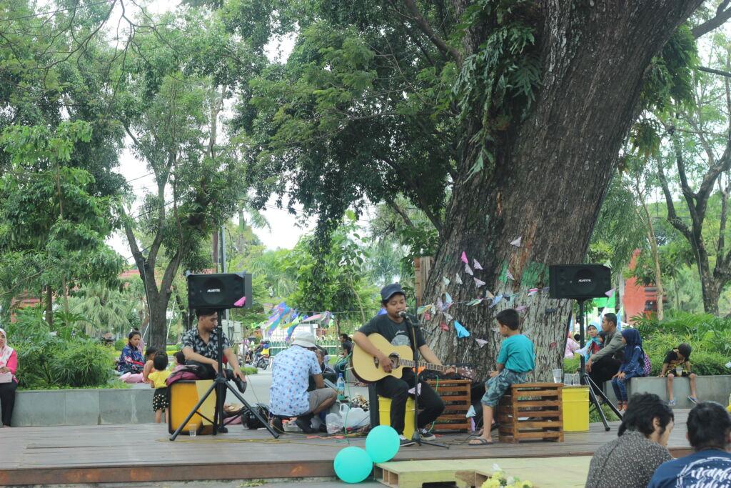 Penampilan Music Band Menghibur Pengunjung di Taman Sekartaji Kediri. Foto: Google Maps / fadiah bintoro
