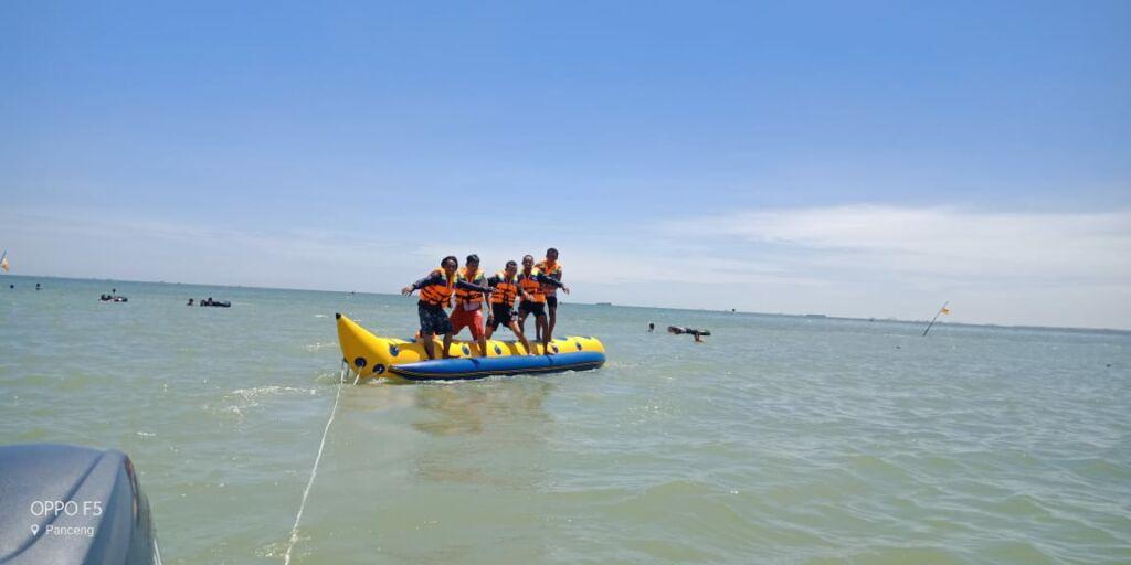 Pengunjung Menikmati Permainan Banana Boat di Pantai Delegan Gresik. Foto: Google Maps / Ahmad Muqorrobin